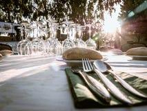 Stół przygotowywający dla gościa restauracji przy zmierzchem Zdjęcia Royalty Free