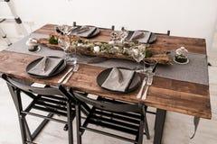 Stół słuzyć dla Bożenarodzeniowego gościa restauracji Obraz Stock