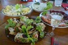 Stół słuzyć dla lunchu w ogródzie fotografia royalty free
