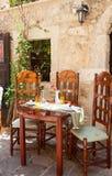 Stół ustawiający przy grecką kawiarnią Obrazy Stock