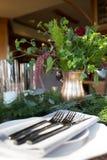 Stół ustawiający z świeżymi kwiatami fotografia royalty free