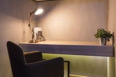 Stół w sypialni z lampą fotografia royalty free