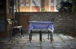 Stół w wioska kwadracie SAMOS zdjęcia royalty free