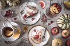 Stół z ładunkami herbata, torty, babeczki, desery, owoc, kwiaty, Antyczne łyżki, bonkreta, jabłka i banie, obraz stock