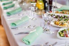 Stół z białą pieluchą, szkłami i cutlery, przygotowywał dla półdupki Zdjęcie Royalty Free