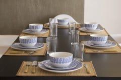 Stół z crockery, talerzami, szkłami i cutlery, zdjęcia stock