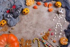 Stół z cukierkami i zabawkami, lizaki i dekorujący na cześć Halloween fotografia royalty free