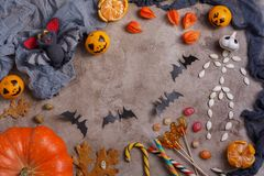 Stół z cukierkami i zabawkami, lizaki i dekorujący na cześć Halloween fotografia stock
