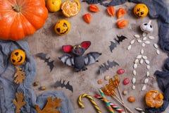 Stół z cukierkami i zabawkami, lizaki i dekorujący na cześć Halloween zdjęcia stock