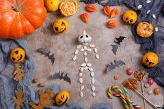 Stół z cukierkami i zabawkami, lizaki i dekorujący na cześć Halloween zdjęcia royalty free