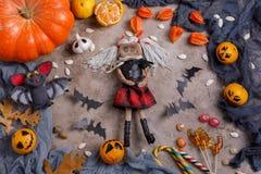 Stół z cukierkami i zabawkami, lizaki i dekorujący na cześć Halloween obrazy stock