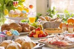 Stół z garmażeryjnym przygotowywającym dla Wielkanocnego śniadanio-lunch obraz royalty free