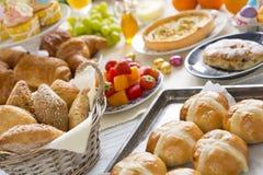 Stół z garmażeryjnym przygotowywającym dla Wielkanocnego śniadanio-lunch zdjęcie stock