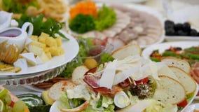 Stół z jedzeniem na ślubie zbiory
