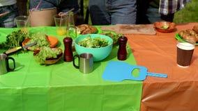 Stół z jedzeniem na BBQ przyjęciu zbiory