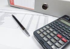 Stół z kalkulatorem, kartoteka segregatorem i piórem, obrazy royalty free