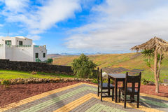 Stół z krzesłami na tarasie w tropikalnym krajobrazie Lanzarote Obrazy Royalty Free