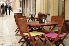 Stół z krzesłami przed uliczną restauracją Obrazy Royalty Free