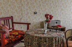 stół z kwiatami i ławką obraz stock