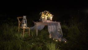 Stół z kwiatami skład, świeczki i świętowanie tort outdoors, zbiory wideo