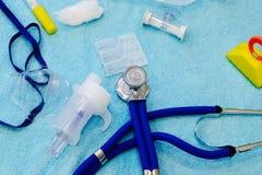 Stół z medycznymi akcesoriami dla oddechowej rehabilitacji Przywrócenie oddechowy obszar i zapobieganie nowotwór obraz royalty free