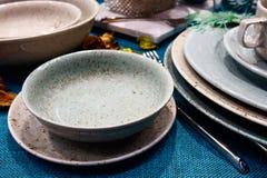 Stół z naczyniami na błękitnym tablecloth Obrazy Stock