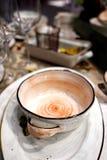 Stół z naczyniami, potrawka na kuchennym stole, pojęcie kucharstwo Zdjęcie Royalty Free