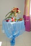 Stół z owoc i wiązki kwiatami Obraz Stock
