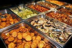 Stół z różnorodnym jedzeniem zdjęcia stock