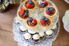 Stół z różnorodnymi ciastkami, tarts, tortami, babeczkami i cakepops, zdjęcia stock