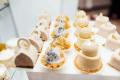 Stół z różnymi cukierkami dla przyjęcia Cukierku bar obrazy stock