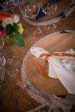 Stół z rozwidleniami, pielucha i filiżanki Zdjęcie Stock