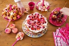 Stół z urodzinowymi przekąskami Obraz Stock