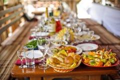 Stół zakrywający z nieociosanym posiłkiem fotografia stock