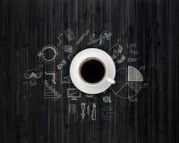Stół zakrywający z rysunkami i filiżanką kawy ilustracja wektor