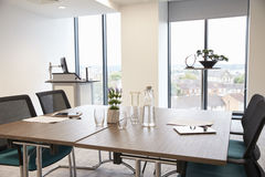 Stół W Pustym Biurowym pokoju konferencyjnym Obraz Stock