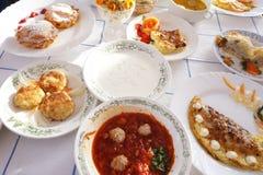 Stół z bakaliami na talerzach Zdjęcia Royalty Free