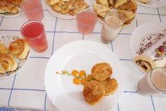 Stół z bakaliami na talerzach Zdjęcie Stock