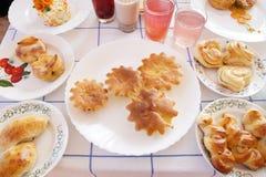 Stół z bakaliami na talerzach Zdjęcia Stock