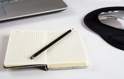 Stół z laptopem i notatnikiem fotografia royalty free
