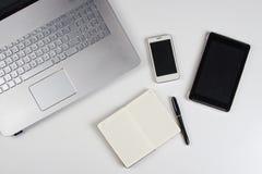 Stół z laptopem i notatnikiem obrazy royalty free