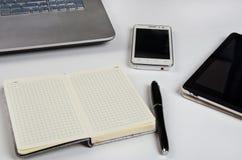 Stół z laptopem i notatnikiem obrazy stock