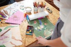 Stół z malarzów obrazkami i dostawami zdjęcie stock