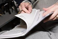 Stöbern Sie durch Tagebuch durch Stockbild