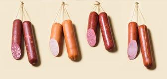 Stöcke Salami oder Würste, die an den Seilen hängen Stockfotos