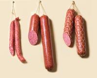 Stöcke Salami oder Würste, die an den Seilen hängen Lizenzfreies Stockbild