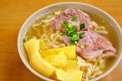 Stöd för griskött för Okinawa sobanudel Royaltyfri Bild