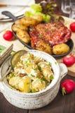Stöd för potatissallad och baconmed grillade potatisar Lantbrukarhemstyl Royaltyfri Bild