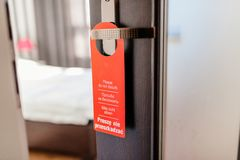 Stör inte hotelldörrhängaren på rumdörrar Arkivfoton