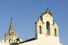 Störche nisten auf weißem Kathedralenturm mit schönem Sonnenlicht im Dorf von Süd-Spanien weg von der Landstraße A49 westlich von stockfotos